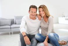 Beaux couples mûrs appréciant à la maison Photographie stock