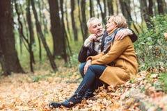 Beaux couples mûrs en parc d'automne Images stock
