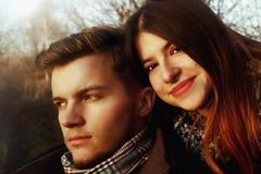 Beaux couples magnifiques heureux élégants dans l'amour regardant avec dix Photo libre de droits