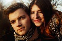 Beaux couples magnifiques heureux élégants dans l'amour regardant avec dix Photographie stock