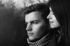 Beaux couples magnifiques heureux élégants dans l'amour regardant avec dix Photos libres de droits