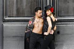 Beaux couples, modèles de mode, vêtements espagnols de port Photo stock