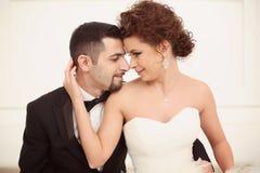Beaux couples nuptiales Photographie stock libre de droits