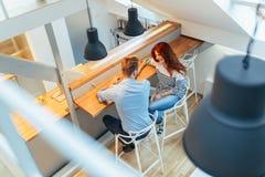 Beaux couples parlant dans leur maison immaculée Photo libre de droits