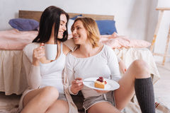 Beaux couples partageant le repas émotif de matin Images libres de droits