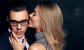 Beaux couples passionnés sensuels histoire d'amour de bureau Image libre de droits