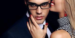 Beaux couples passionnés sensuels histoire d'amour de bureau Photo stock