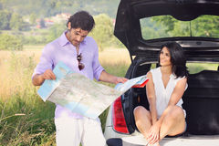 Beaux couples perdus dans la campagne Photo stock