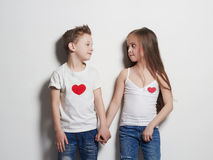 Beaux couples petite fille et garçon de beauté tenant des mains Images stock