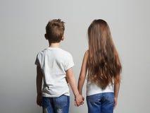 Beaux couples petite fille et garçon tenant des mains ensemble Photos libres de droits