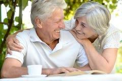 Beaux couples plus anciens se reposant dans le jardin Photographie stock