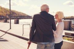 Beaux couples pluss âgé ayant une promenade romantique Photographie stock libre de droits