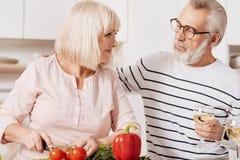 Beaux couples pluss âgé faisant cuire dans la cuisine Image stock