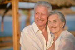 Beaux couples pluss âgé heureux sur la plage Photo stock