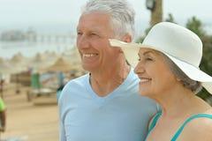Beaux couples pluss âgé heureux sur la plage Photo libre de droits