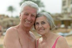 Beaux couples pluss âgé heureux sur la plage Image stock