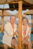 Beaux couples pluss âgé heureux sur la plage Image libre de droits