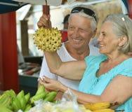 Beaux couples pluss âgé sur le marché Photo libre de droits