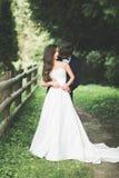 Beaux couples posant en parc Nouveaux mariés de lune de miel dans l'amour tenant des mains Photo libre de droits