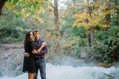 Beaux couples près de la cascade en nature images libres de droits