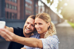Beaux couples prenant un selfie Image libre de droits