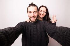 Beaux couples prenant une photo de selfie Image libre de droits