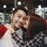 Beaux couples profitant d'un agréable moment ensemble Photo libre de droits
