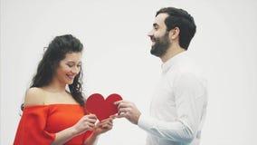 Beaux couples romantiques d'isolement sur le fond blanc Jeune femme attirante et étreinte belle de main avec le coeur rouge clips vidéos