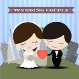 Beaux couples romantiques dans l'amour ayant l'amusement avec la carte d'invitation de mariage de fond de ville Images stock
