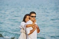Beaux couples romantiques sur le bord de mer Photos stock
