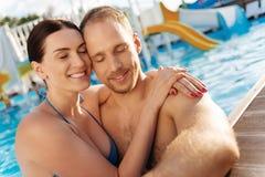 Beaux couples s'étreignant avec des yeux fermés Image libre de droits