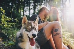 Beaux couples se reposant dans la forêt Photo stock