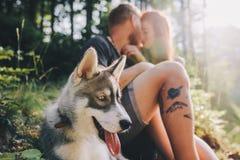 Beaux couples se reposant dans la forêt Photo libre de droits