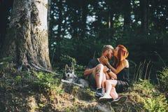Beaux couples se reposant dans une forêt près de l'arbre Photo libre de droits