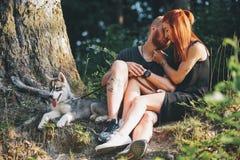 Beaux couples se reposant dans une forêt près de l'arbre Photographie stock libre de droits