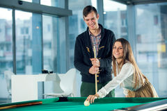 Beaux couples se tenant à côté de la table de billard Photos libres de droits