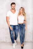 Beaux couples sexy dans des jeans Image stock