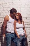 Beaux couples sexy regardant l'un l'autre. Photos stock