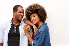 Beaux couples souriant et se tenant d'isolement sur le blanc Photo stock