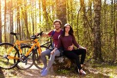 Beaux couples sportifs détendant après l'équitation de bicyclette Photos libres de droits