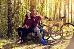 Beaux couples sportifs détendant après l'équitation de bicyclette Photos stock