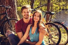 Beaux couples sportifs détendant après l'équitation de bicyclette Images libres de droits
