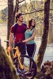 Beaux couples sportifs détendant après l'équitation de bicyclette Photo stock