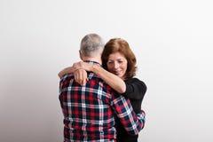 Beaux couples supérieurs dans étreindre d'amour Projectile de studio Photo libre de droits
