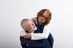 Beaux couples supérieurs dans étreindre d'amour Projectile de studio Images libres de droits