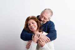 Beaux couples supérieurs dans étreindre d'amour Projectile de studio Image stock
