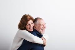 Beaux couples supérieurs dans étreindre d'amour Projectile de studio Photos libres de droits