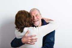 Beaux couples supérieurs dans étreindre d'amour Projectile de studio Photographie stock
