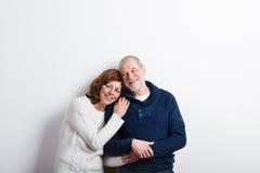 Beaux couples supérieurs dans étreindre d'amour Projectile de studio Photo stock