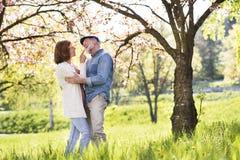 Beaux couples supérieurs en nature d'extérieur d'amour au printemps Photos libres de droits